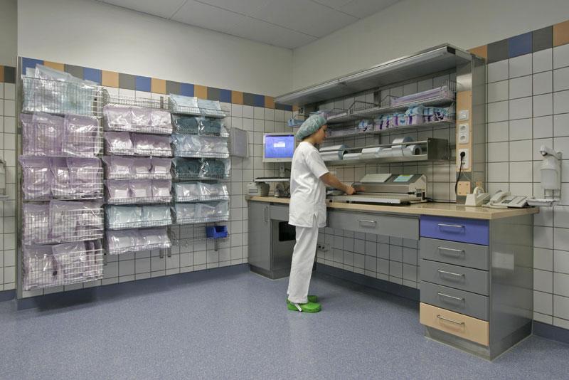 2006-1-packarbeitsplatz-b-mit-regalsystem-und-person-steril13_rt8-kopie